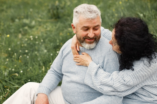 Close-up romantisch paar zittend in herfst park en knuffelen overdag