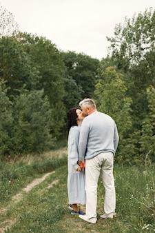 Close-up romantisch paar zoenen in een herfstpark