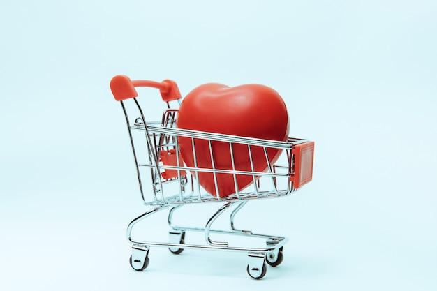 Close-up rood hart in het winkelwagentje
