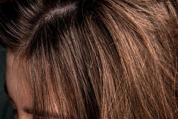 Close-up roos op het haar van de vrouw