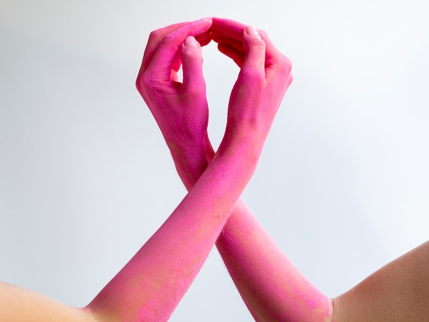Close-up roze armen die bewustzijn uitdrukken