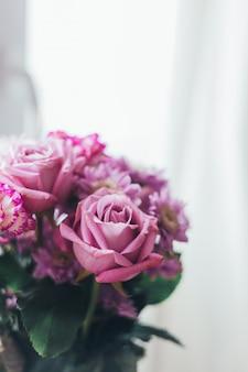 Close-up roze lila boeket, bloemen - rozen, gerbera's
