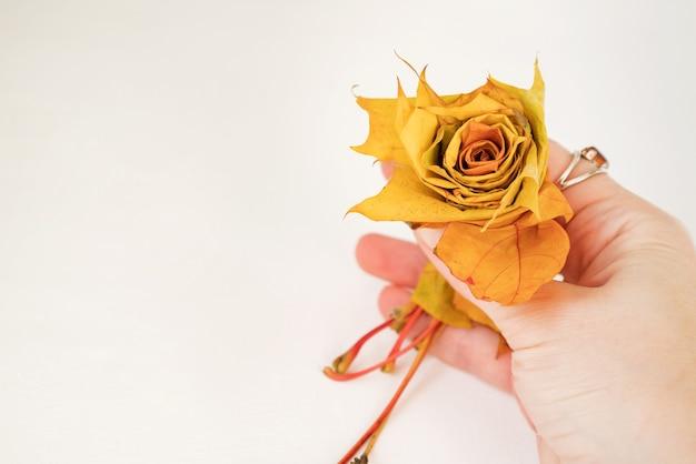 Close-up rozenbloem samengesteld uit esdoornbladeren diy stap 9 van 12 stapsgewijze foto-instructie