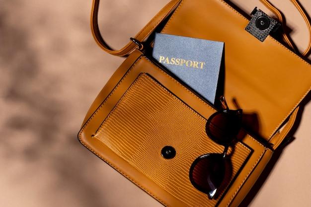 Close-up rugzak met paspoort en bril