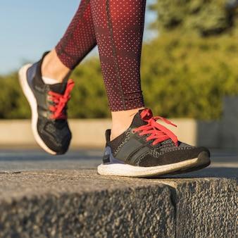 Close-up runner schoenen met rode veters
