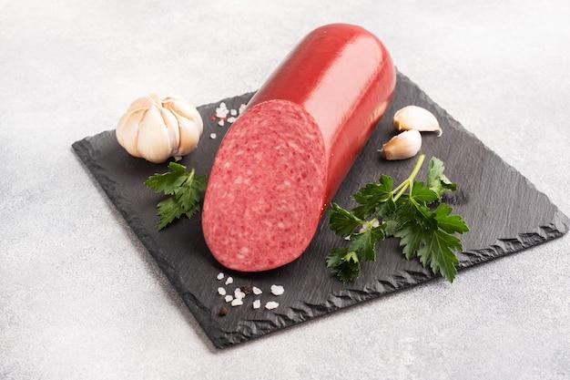 Close-up salami op een snijplank