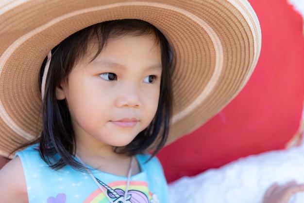 Close-up schattig klein meisje draagt een grote hoed