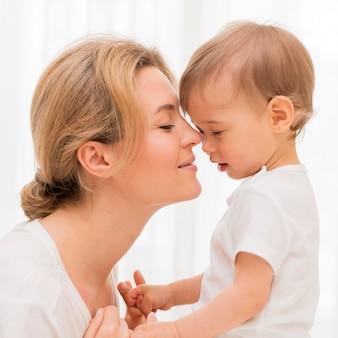 Close-up schattige moeder en baby