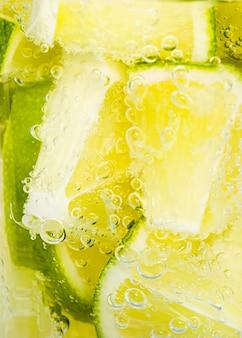 Close-up schijfjes limoen in water