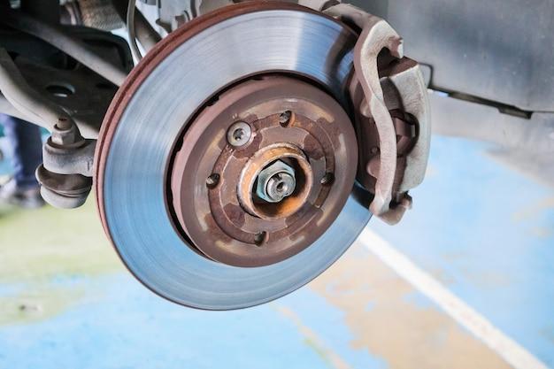 Close-up schijfrem bij auto-servicewerkplaats