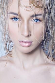 Close-up schoonheid mode portret van een jonge mooie vrouw na een douche met nat haar