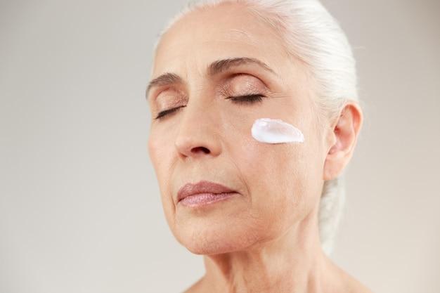 Close-up schoonheid portret van een rustige oudere vrouw