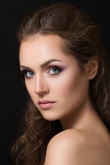 Close-up schoonheid portret van jonge mooie brunette model met mode smokey eyes make-up.