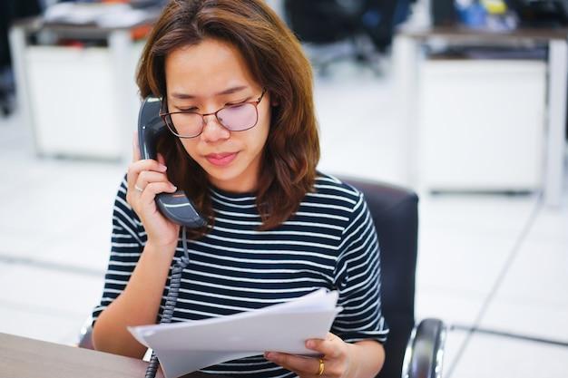 Close-up secretaris vrouw spreken op telefoon