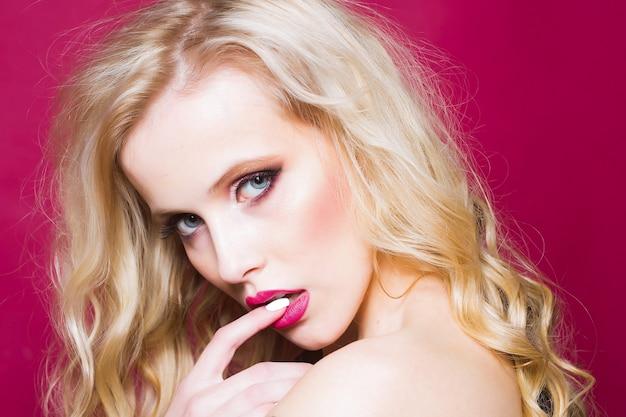 Close-up seksuele hartstochtelijke blonde vrouw met blote schouder.