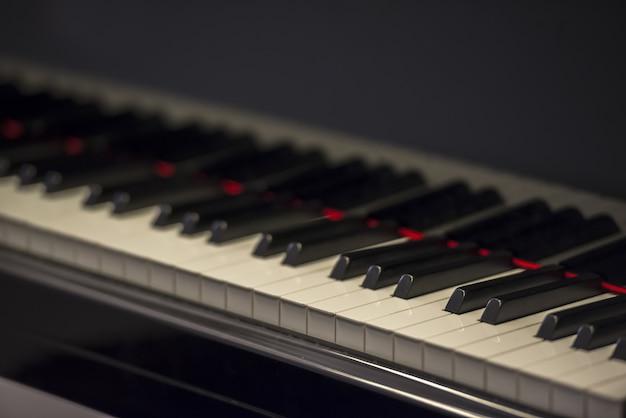 Close-up selectieve focus shot van een piano klavier