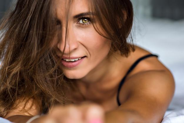 Close-up sensueel portret van prachtige mooie brunette vrouw met verbazingwekkende groene olijf, ja, ochtend zacht licht, natuurlijke schoonheid, spa en huidverzorging concept.
