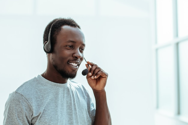 Close-up serieuze man met een headset geïsoleerd op wit