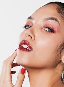 Close-up shot aantrekkelijke jonge vrouw met mooie make-up