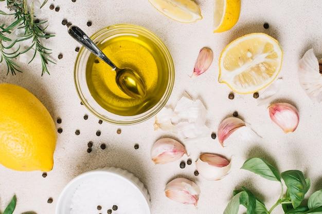 Close-up shot bovenaanzicht olijfolie omgeven door koken ingrediënten