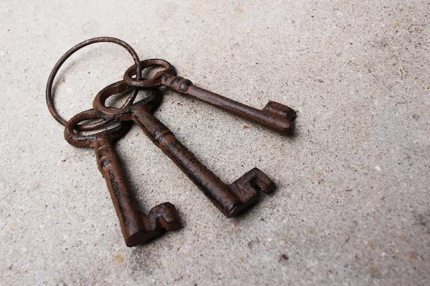 Close-up shot ofa vintage oude sleutels op de grond