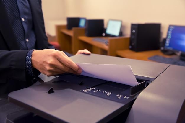Close-up shot ondernemers gebruiken fotokopieerapparaten.