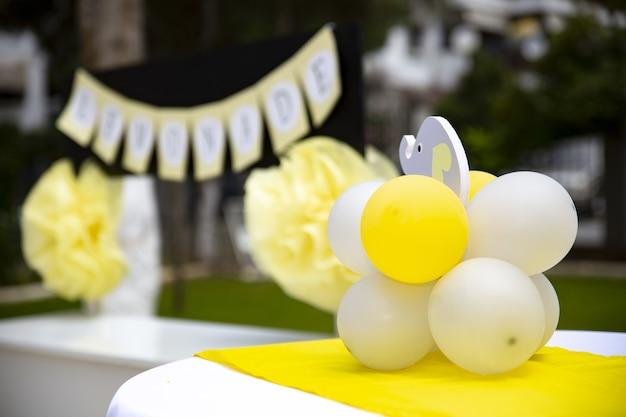 Close-up shot van ballonnen en een olifant speelgoed