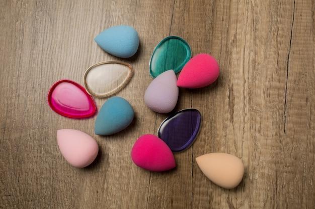 Close-up shot van beauty blenders en siliconen sponzen op een houten achtergrond. ruimte voor tekst