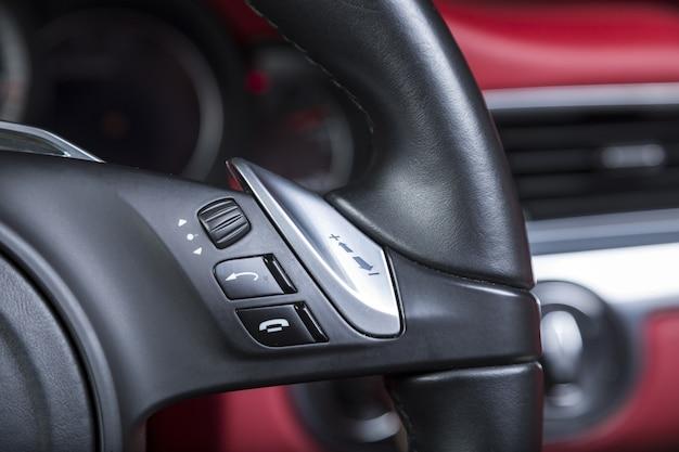 Close-up shot van belknoppen op het stuur van een moderne auto