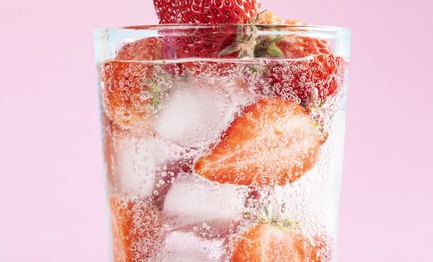 Close-up shot van bevroren aardbeien in een glas