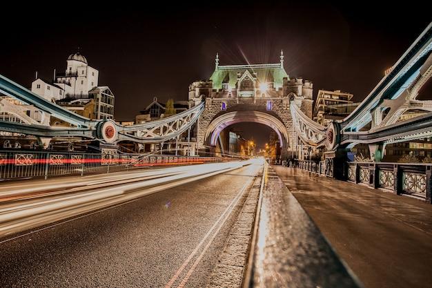 Close-up shot van bewegingssnelheidslichten in london city 's nachts