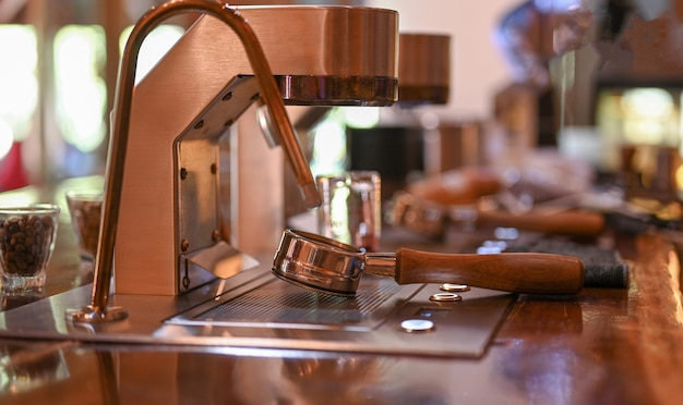 Close - up shot van bodemloos met moderne koffiemachine in café.