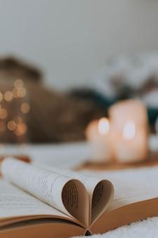 Close-up shot van boekpagina's gevouwen in de vorm van een hart