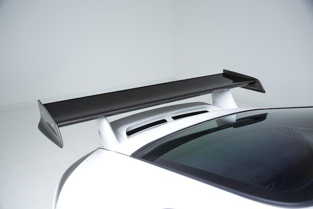Close-up shot van de exterieur details van een moderne witte auto