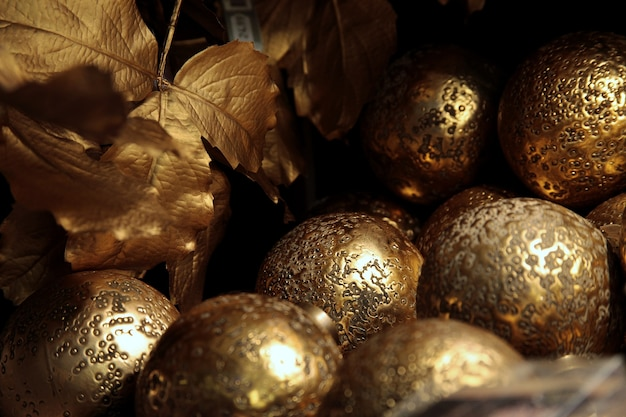 Close-up shot van de gouden kerstballen van een kerstboom
