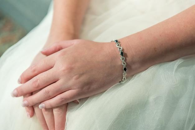 Close-up shot van de handen van de bruid