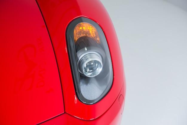 Close-up shot van de koplampen van een moderne rode auto
