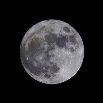 Close-up shot van de maan geïsoleerd op een zwarte achtergrond - ideaal voor artikelen over de ruimte