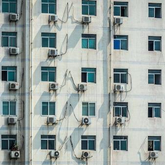Close-up shot van de ramen van een wit gebouw overdag