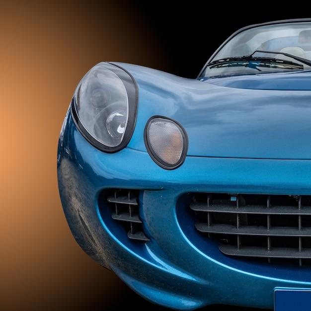 Close-up shot van de voorkant van een blauwe moderne stijlvolle auto
