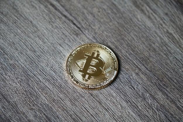 Close-up shot van een bitcoin op een houten tafel