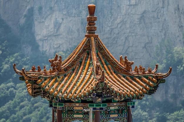 Close-up shot van een bovenste deel van een traditioneel pagodegebouw