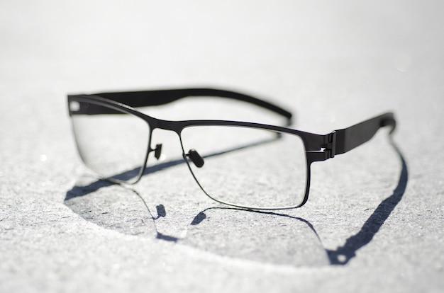 Close-up shot van een bril op een grijze ondergrond