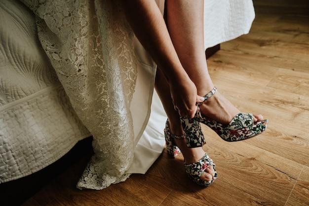 Close-up shot van een bruid die trouwschoenen draagt