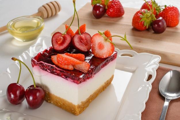 Close-up shot van een cheesecake met bessen erop