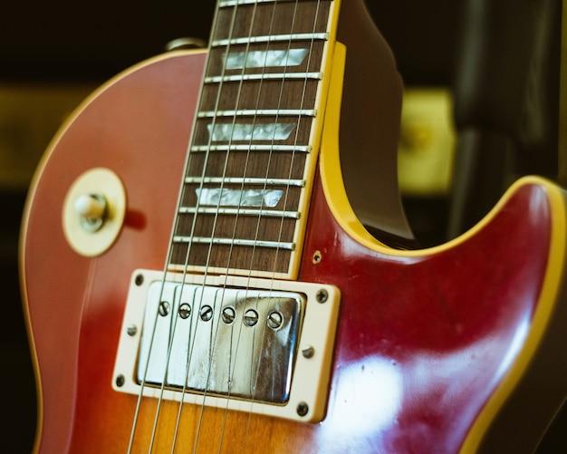 Close-up shot van een elektrische gitaar met een wazige achtergrond