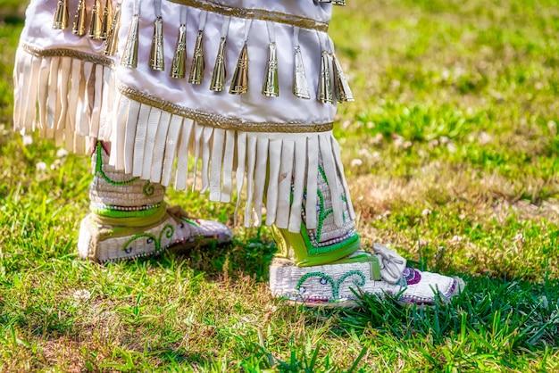 Close-up shot van een feestelijk kostuum met quilt textiel