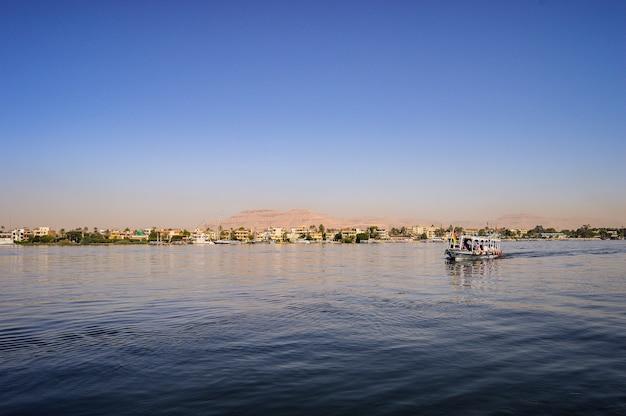 Close-up shot van een ganet sinai resort in dahab, egypte op een zonnige dag