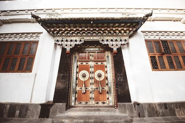 Close-up shot van een gebouw met grote houten deuren