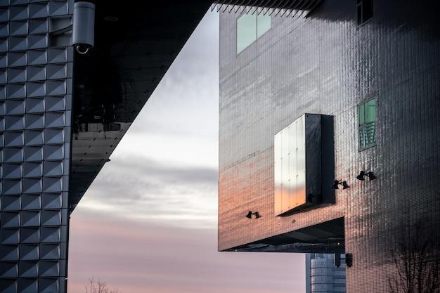 Close-up shot van een getextureerde gevel van een modern gebouw